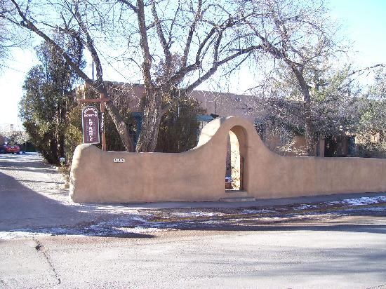 Inn at Pueblo Bonito Santa Fe: The Inn has a surrounding wall