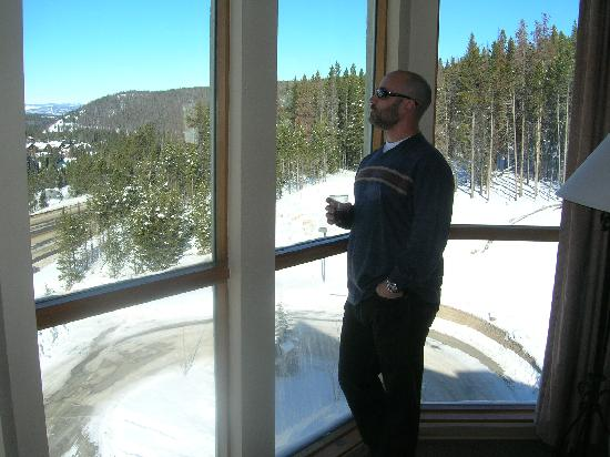 ‪وينتر بارك ماونتن لودج: Me standing in front of window at Winter Park Mountain Lodge‬