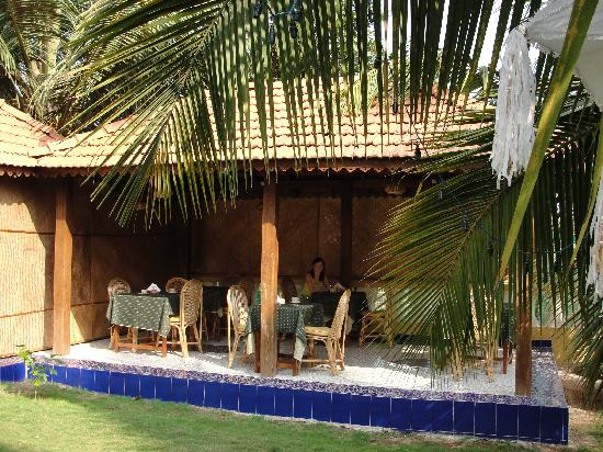 Bougainvillea Guest House Goa: Breakfast area in garden