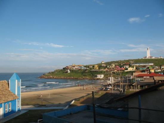 """Laguna, SC : Vista del Faro y la """"prainha"""" desde la casa."""