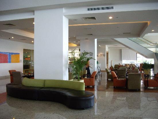Holiday Inn Melaka: huge lobby
