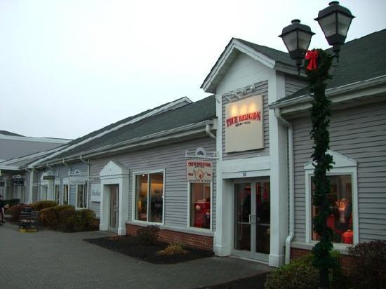 Central Valley, NY: Upscale shopping, especially for an outlet mall