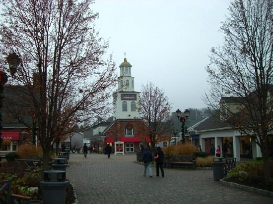 Woodbury Common Premium Outlets: Very clean and nicely landscaped