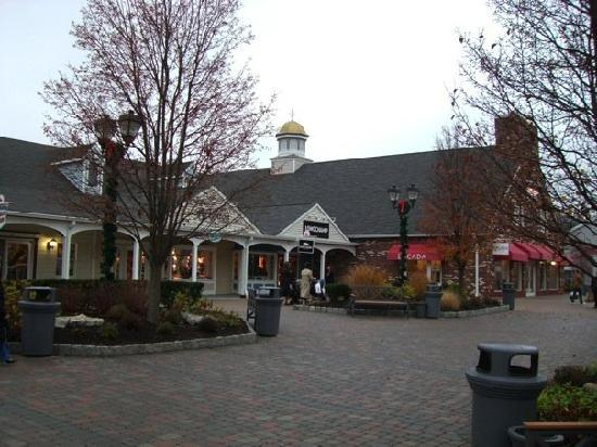 Woodbury Common Premium Outlets : Enjoyable place for a stroll
