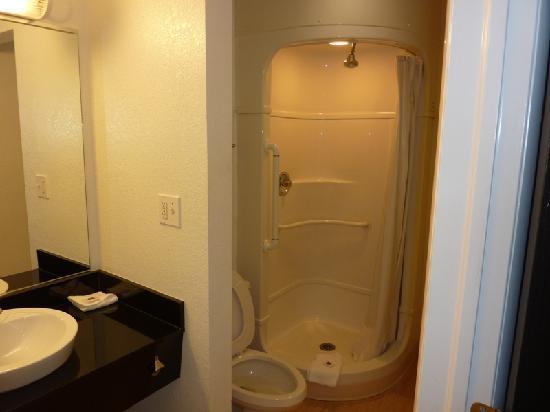 Motel 6 Baltimore - BWI Airport: El cuarto de baño.