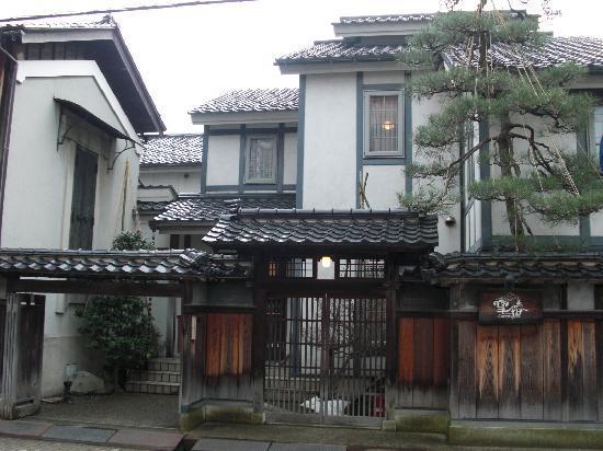 Camellia Inn Yukitsubaki : 入口は和風、中は洋館風