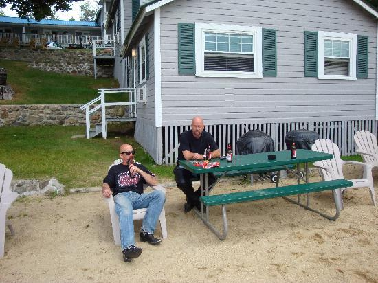 Proctor's Lakehouse Cottages: Relaxing in front of cottage