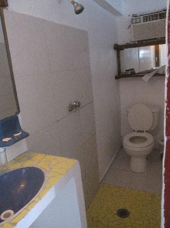 Hacienda Vayma: Tiny bathroom