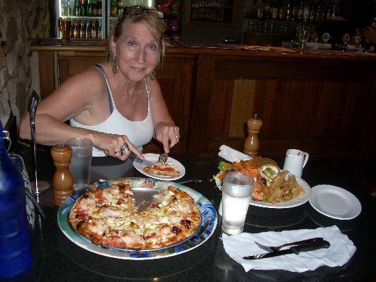 Taralga Hotel: Now That's A Pizza!!!!