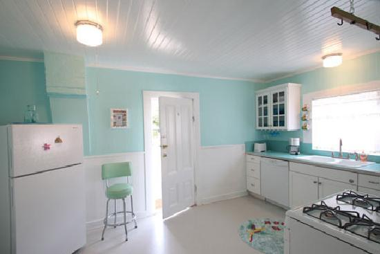Linden House: Bright, cheerful, kitchen with all new appliances and dishwasher