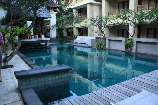 Fourteen Roses Beach Hotel: Pool and Courtyard