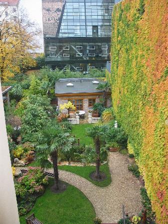 Garden Boutique Hotel: Looking down into the garden