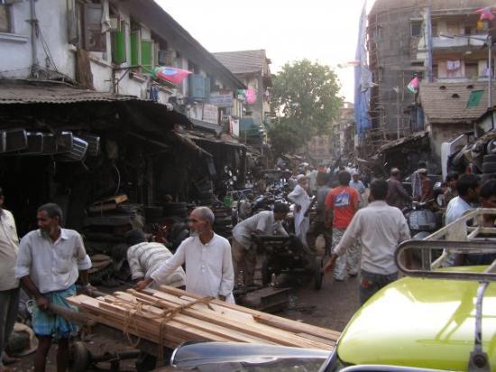 Chor Bazaar: Chor bazard ou s'empilent tout et n'importes quoi. L'histoire dit que ce que vous acheterez la b