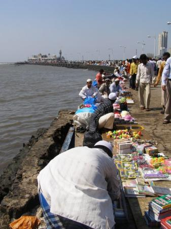 Haji Ali mosquee, accessible seulement a maree basse. Breach Candy, 6 avril 2008.