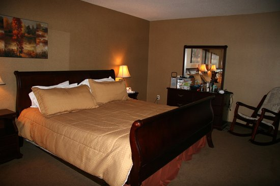 Elkwater Lake Lodge and Resort: King size bed..lots of room..Very nice and clean!