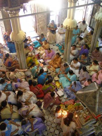 Mumbai, India: Temple Jain (inside) : femmes qui chantent. Malabar Hill, 29 mars 2008.