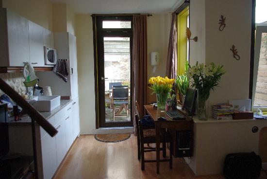 Suite 259: キッチンとPCデスク