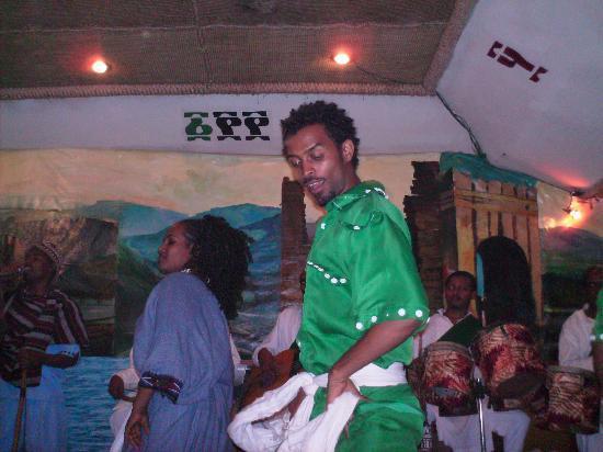 2000 Habesha Cultural Restaurant: Ballerini all' Abesha Cultural Restaurant
