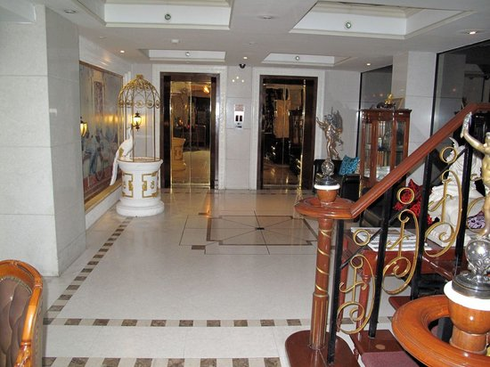 The Elegance Suites: Typical overornamented thai lobby