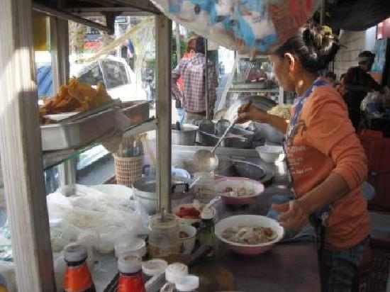 Muangphol Mansion: Food vendor selling noodles infront of hotel.