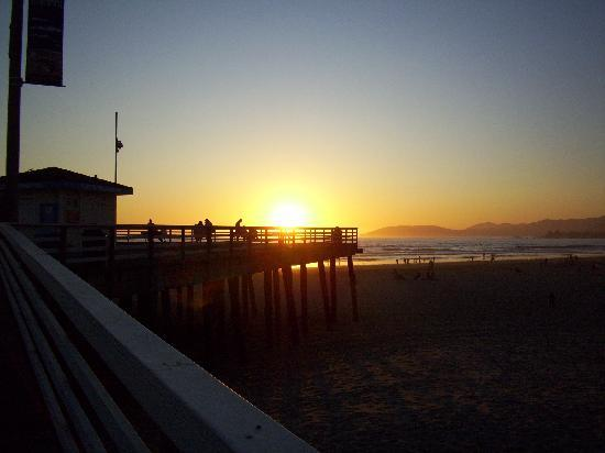 Pismo Lighthouse Suites: sunset on the pier