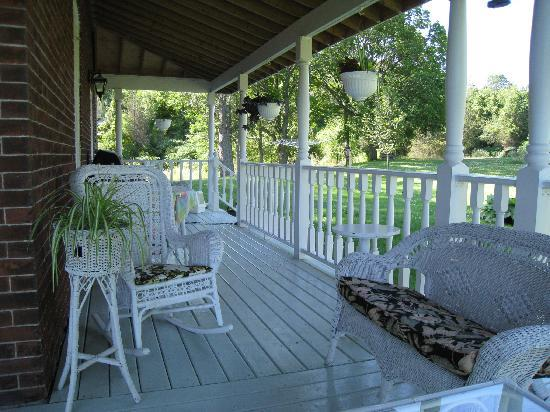 Whispering Falls Bed & Breakfast: The Verandah