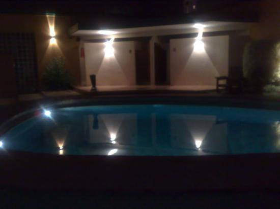 Hotel Plaza: La Piscina - Vista Nocturna