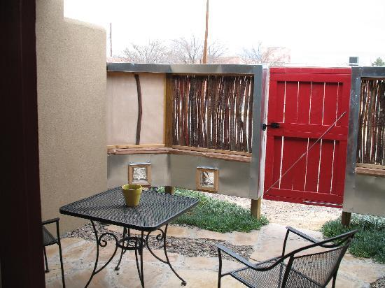 Blackstone Hotsprings Lodging & Baths: courtyard