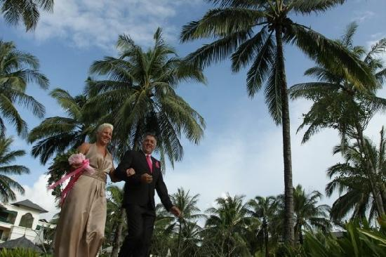 Khaolak Orchid Beach Resort: Dad walking me down the aisle