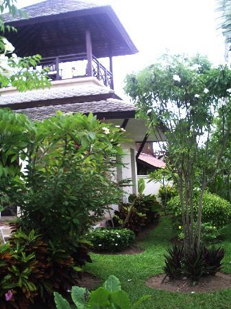 Banyan Villas: Garden and rooftop sala.