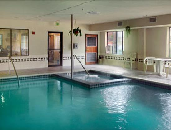 Wingate by Wyndham Houston / Willowbrook : Indoor Heated Pool and Spa