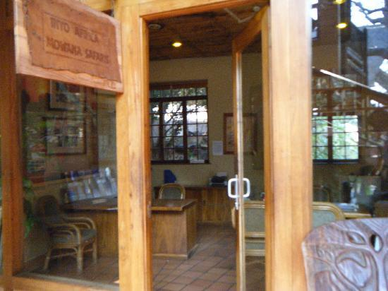 Cresta Mowana Safari Resort and Spa: オプショナルツアーなどの受付コーナー