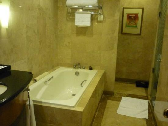 Pan Pacific Manila: bathtub.. and ahead is a toilet bowl hidden is a half wall