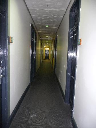 Nomads Brisbane Hostel : Hallway