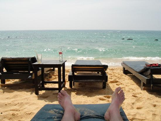 Main Reef Hotel and Restaurant : Lounging on the beach.