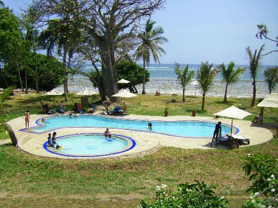 Coral Beach Cottages: The newly innaugurated pool near the Beach