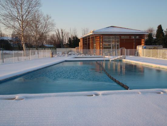 Residence Les Rives du Lac: la piscine sous la neige