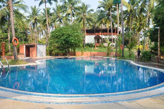 Fragrant Nature Backwater Resort & Ayurveda Spa : Restaurant behind pool.