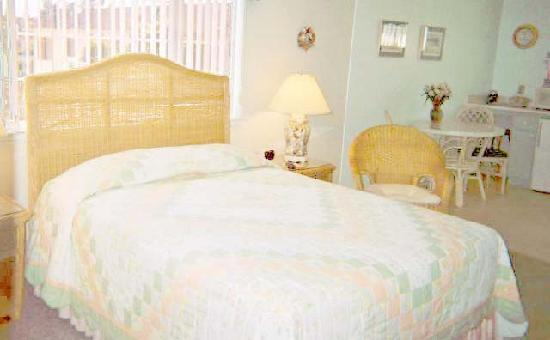 BeachComber Inn: Clean rooms with lot's of space! This queen bed is off the street and is very quiet.