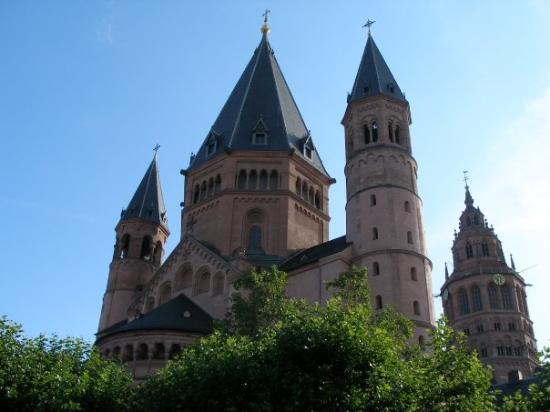 Mainz, il duomo romanico: il lato del coro, la seconda torre centrale e le due piú esili torri c