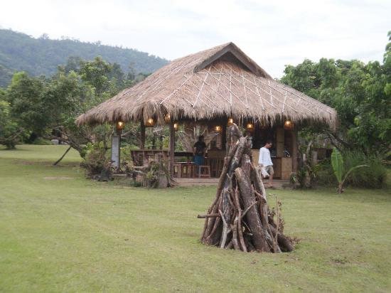 Lisu Lodge: Bar and bonfire