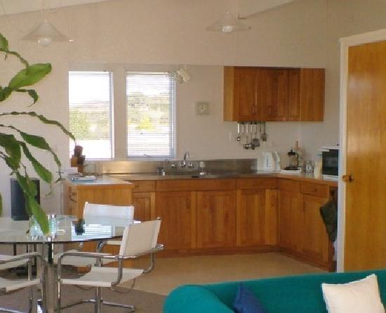Saltwater Lodge : Kitchen & dining area
