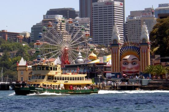 Sydney Ferries: Smaller ferry leaving Luna Park on the way to Darling Harbour