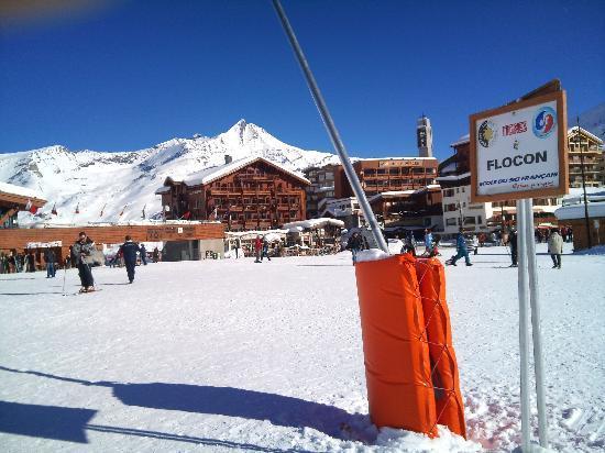 Hotel le Refuge : L'hôtel est juste à gauche du canon à neige (au pied orange)
