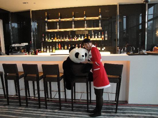Hotel Novotel Taipei Taoyuan International Airport: Taipei Taoyuan Airport Novotel - Charlie guards the lobby bar! (Jan '10)