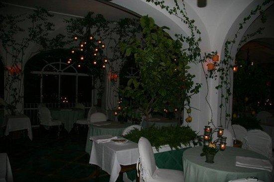 Le Sirenuse Hotel: candlelit restaurant