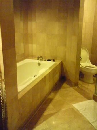 Pan Pacific Manila: 広くゆったりとしたバスルーム。壁には大きな鏡