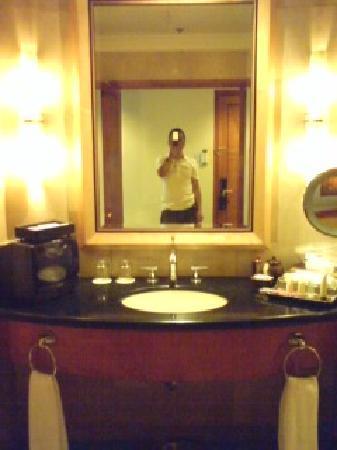 Pan Pacific Manila: 洗面の横には小さなテレビ。アメニティも良い物でした