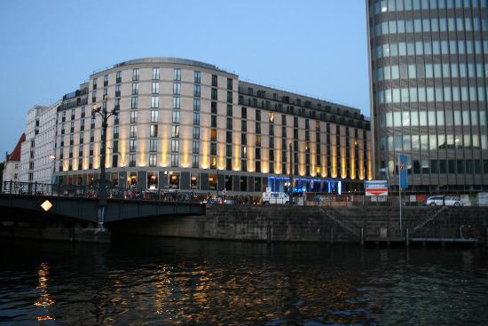 Meliá Berlin: Fachada principal del hotel