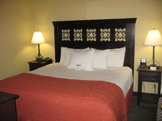 Oxford Suites Redding: Bedroom